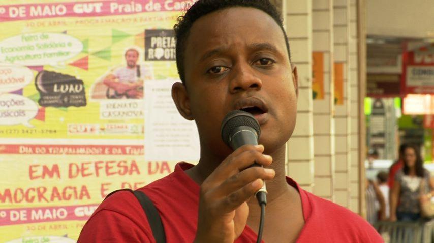 Anderson ganha a vida vendendo CDs e cantando pelas ruas (Foto: Divulgação/ TV Gazeta)