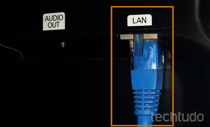 Conecte o cabo de rede na entrada LAN da Smart TV (Foto: Barbara Mannara/TechTudo)