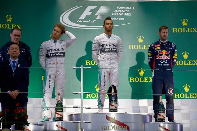 Clima de apreensão com Lewis Hamilton, Nico Rosberg e Sebastian Vettel na cerimônia do pódio do GP do Japão (Foto: Getty Images)