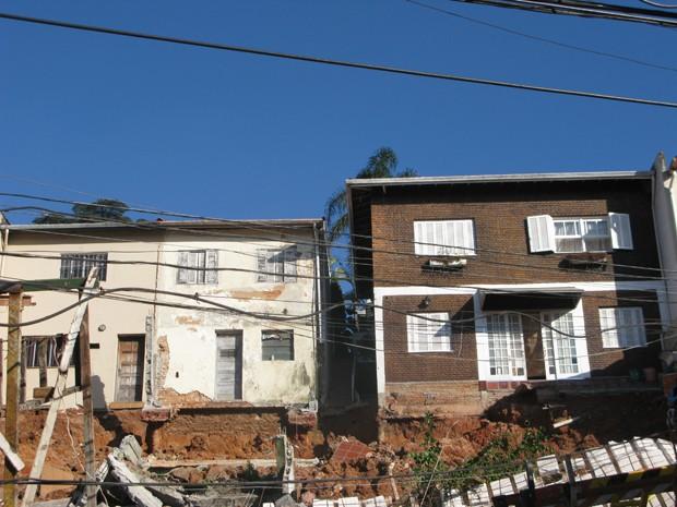 Seis casas com entrada pela Rua Paulo Ribeiro da Luz tiveram que ser interditadas (Foto: Fabiano Correia/ G1)