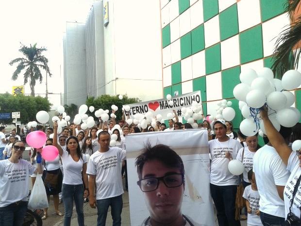 Manifestantes levaram faixas, cartazes e balões em homenagem ao estudante Maurício Rodrigues Pinheiro, assassinado aos 23 anos dentro de uma boate de Barra do Garças. (Foto:  Lucas Antonio Luz Iglesias/Centro América FM)
