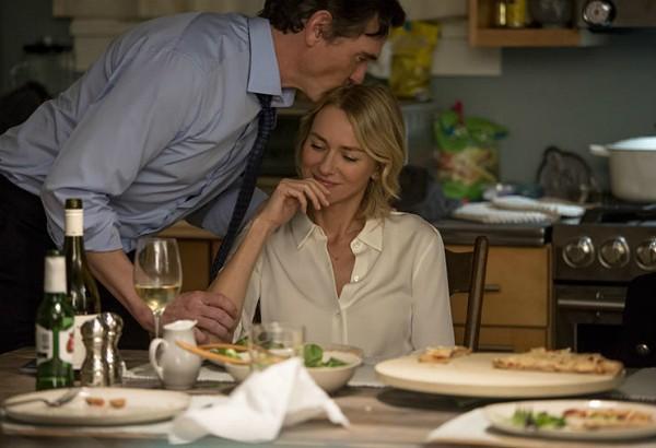Personagem de Naomi Watts ganha beijo do marido durante jantar  (Foto: Divulgação)
