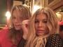 Mariana Ximenes faz selfie coladinha e mostra 'carão' com a cantora Fergie