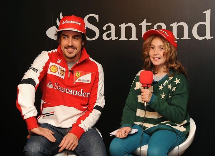 O bicampeão de Fórmula 1 Fernando Alonso e a repórter mirim Daniela, de nove anos (Foto: Divulgação)