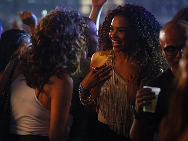 Sheila abre o maior sorriso ao receber o convite de Wanda (Foto: Salve Jorge/TV Globo)