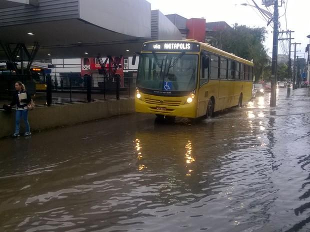 Terminal Central de Joinville foi alagado pela chuva (Foto: Douglas Rodrigo/ RBS TV)