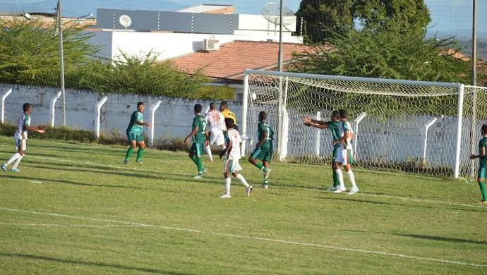 Alisson faz o gol do CEO contra o Coruripe (Foto: Glauber Valente/mundodabolasmc.com.br)