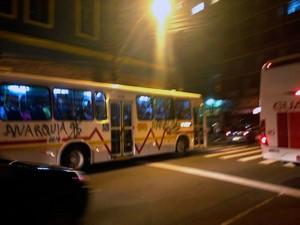 Ônibus pichado circula pelo Centro de Porto Alegre durante protesto (Foto: Felipe Truda/G1)
