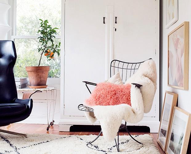 Victoria defende que a casa tenha uma base branca, com acessórios coloridos, que mudam a cada estação. No novo decor, ela usou tons de rosa (Foto: Divulgação/Cindy Loughridge)