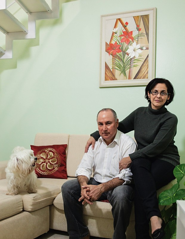 NINHO VAZIO Léo Becker e Mauren, na sala de casa.  Eles perderam a filha única Érika, de 22 anos. Os dois fazem trabalho voluntário para lidar com a dor (Foto: Ricardo Jaeger/ÉPOCA)
