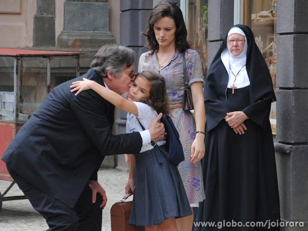 Pérola abraça avô, mas recusa convite de passeio (Foto: Joia Rara/TV Globo)