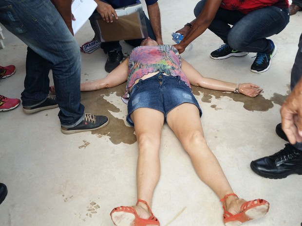 Mulher desmaiou em meio ao tumulto (Foto: Heloise Hamada/G1)