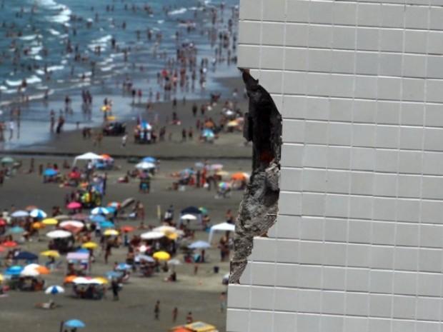 Raio atingiu prédio, danificando estrutura em Praia Grande (Foto: Rogério Soares / A Tribuna de Santos)