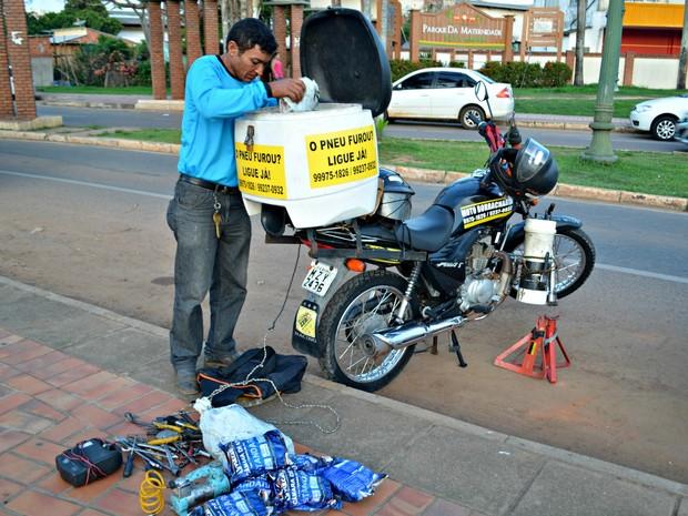 Após ficar desempregado, Nascimento decidiu investir em borracharia móvel e diz atender serviços 24 horas (Foto: Quésia Melo/G1)