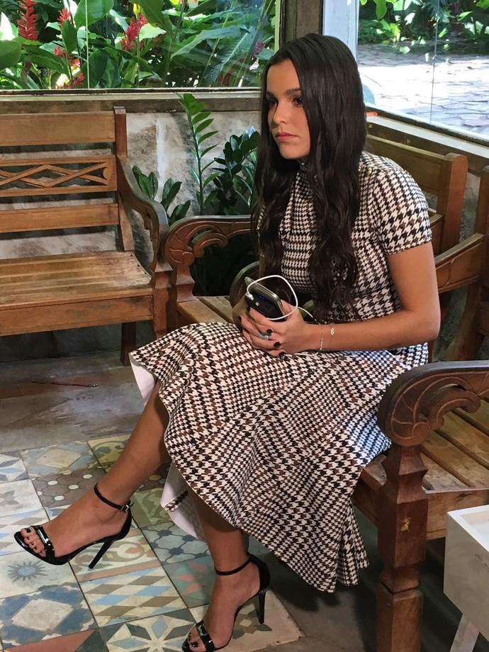 Grudadinha com o celular, Emilly aguarda pra conversar com Ana Maria Braga (Foto: Juliana Hippertt / Gshow)