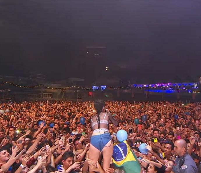 Cantora Halsey se aproximou do público no Lollapalooza (Foto: Reprodução)