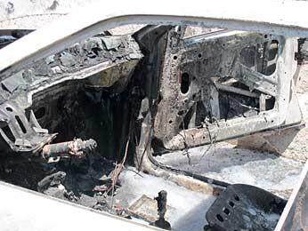 Interior do carro foi consumido pelas chamas (Foto: Luciana Amaral/G1)