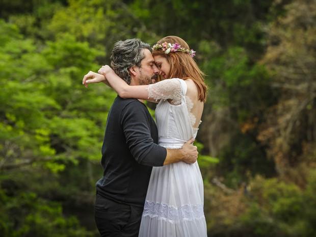 Os dois se casam em cerimônia simbólica (Foto: Alex Carvalho/TV Globo)