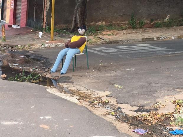 Boneco está na Rua Joubert Soares Marcondes (Foto: Jocelio Ferreira/Cedida)