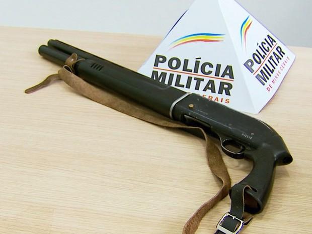 Polícia apreende duas armas de fogo de origem estrangeira em Caldas (MG) (Foto: Reprodução EPTV)