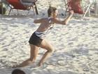Danielle Winits faz exercícios em praia do Rio