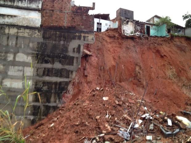 Barranco desabou na tarde deste sábado em Natal (Foto: Luiz Beserra/G1)