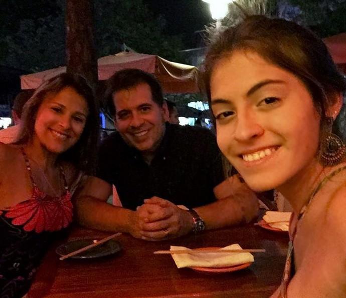 Leandro Hassum janta fora com a mulher e a filha (Foto: Arquivo pessoal)