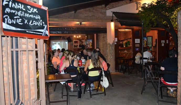 Torcedores acompanham jogo da Ponte Preta em bar de Campinas, SP (Foto: Fernando Pacífico)