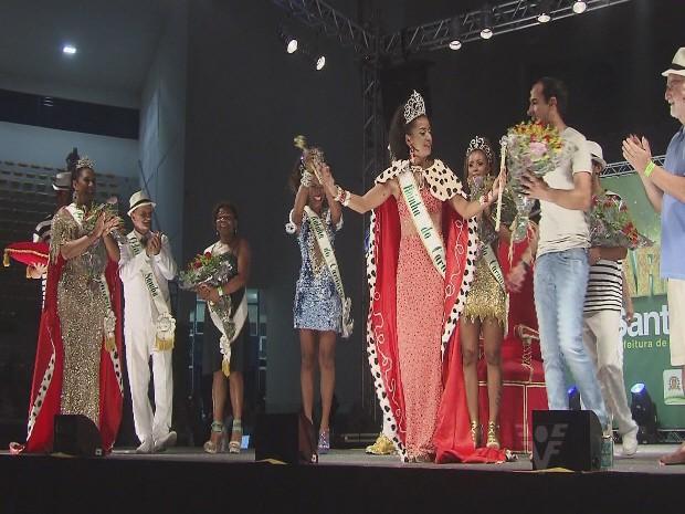 Rainha do carnaval de Santos recebeu premiação do prefeito Paulo Alexandre Barbosa (Foto: Reprodução / Tv Tribuna)