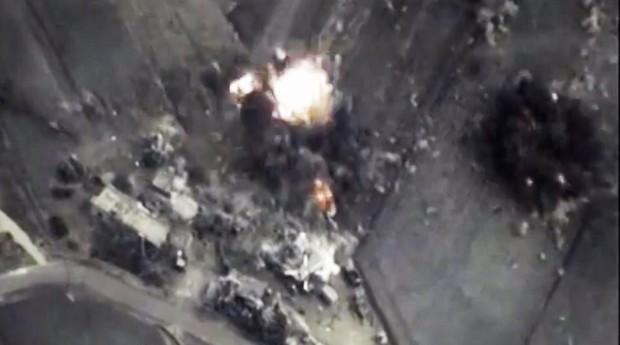 Em vídeo divulgado pelo governo da Rússia, a aviação russa destrói centro de comando e arsenais do Estado Islâmico na Síria (Foto: Reprodução/YouTube)
