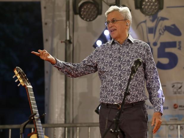 Caetano Veloso durante show no festival brasileiro Lavagem da Madeleine, em Paris (Foto: FRANCOIS GUILLOT / AFP)
