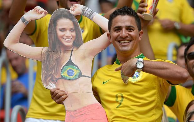 torcida Brasil cartaz bruna marquezine (Foto: AFP)