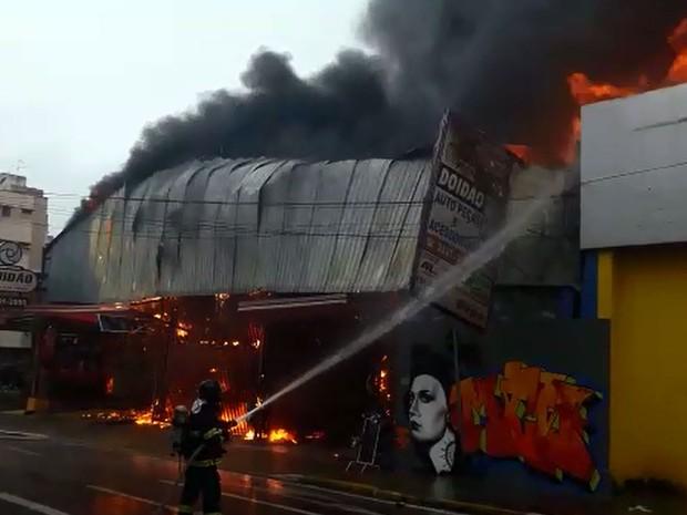 Bombeiros de Campinas combatem incêndio em loja de Campinas (Foto: Reprodução EPTV)