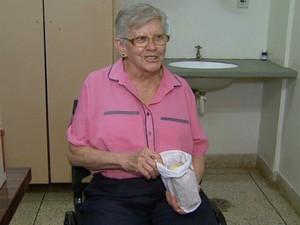 Hipertensa, Teresinha participou da pesquisa e escolheu o pão com mais sal (Foto: Antonio Luiz/EPTV)
