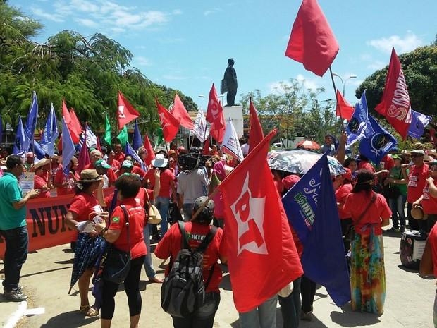 Manifestantes pró-Dilma se reuniram na Praça do Centenário, em Maceió, antes da caminhada (Foto: Lucas Leite/G1)