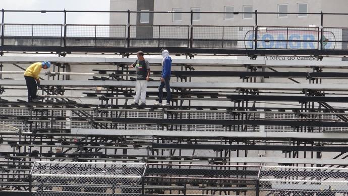 Operários dão os últimos ajustes nas metálicas do Coaracy (Foto: Leonardo Freire/GloboEsporte.com)