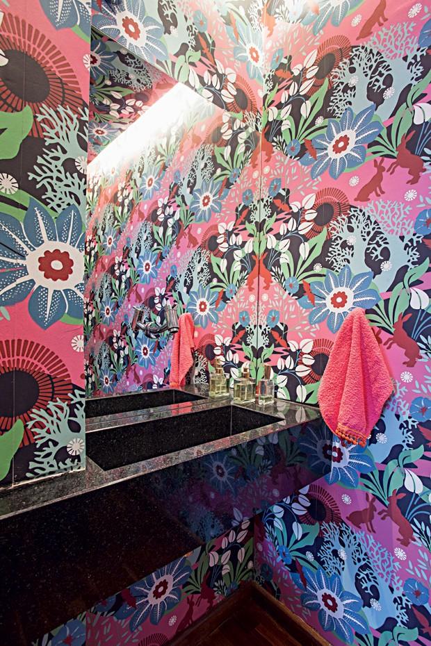 Lavabo | Vibrante, o papel de parede do site Papeldeparededosanos70.com toma para si todas as atenções. Bancada de granito São Gabriel (Foto: Gui Morelli/Editora Globo)