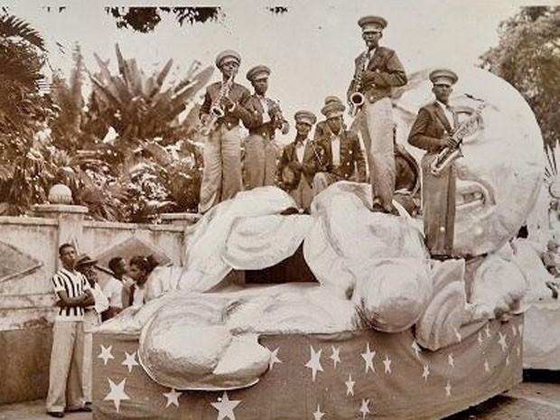 Banda em carro alegórico no final da década de 1930 (Foto: Divulgação/Livro História do Carnaval da Bahia - 130 Anos do Carnaval de Salvador)