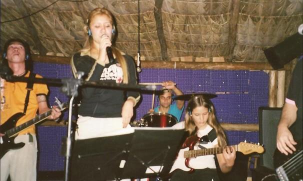 Com 17 anos, cantando num barzinho de Londrina, com a participação especial da irmã, na guitarra (Foto: Arquivo pessoal)
