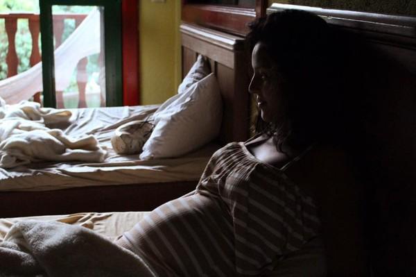 Yanna Lavigne mostra barriguinha de grávida e posta música para o filha