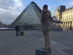 Thaeme conhece o Museu do Louvre, em Paris (Foto: Reprodução/Instagram)