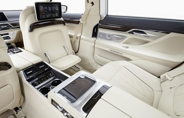 Banco dianteiro do BMW Série 7 com rebatimento (Foto: Divulgação)