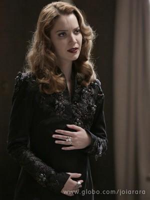 Na trama, Sílvia aparece grávida de cinco meses (Foto: Fábio Rocha/TV Globo)