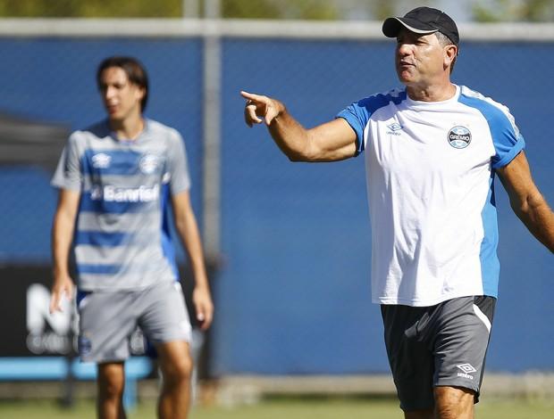Renato Portaluppi comenda treino do Grêmio
