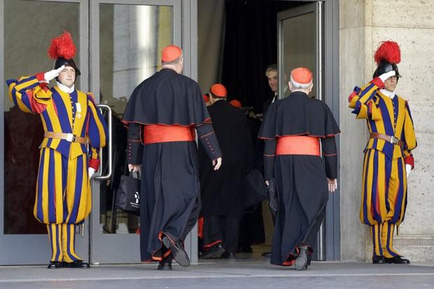 Cardeais são saudados pela Guarda Suíça ao chegar para o encontro da manhã desta segunda-feira (4) no Vaticano (Foto: AP)