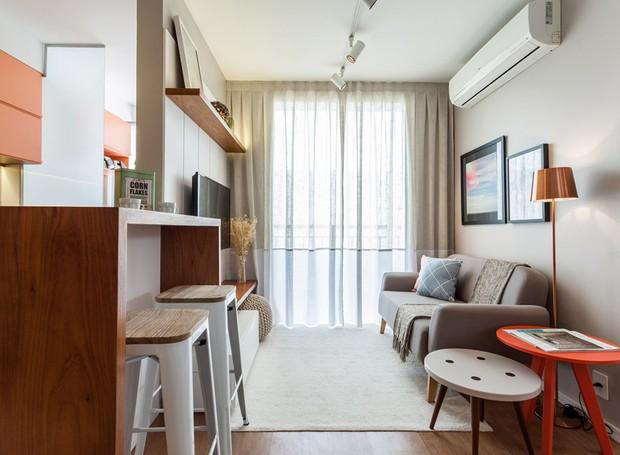A sala ganhou todos os móveis novos. Tapete, luminária de piso cobre e o pufe abaixo da TV foram escolhidos na Tok&Stok. Sofá e mesas laterais da Oppa Design. E quadros à venda na UrbanArts (Foto: Alessandro Giraldi/Divulgação)