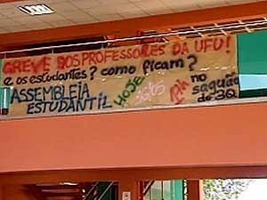 Cartaz que estava na UFU (Foto: Reprodução / TV Integração)