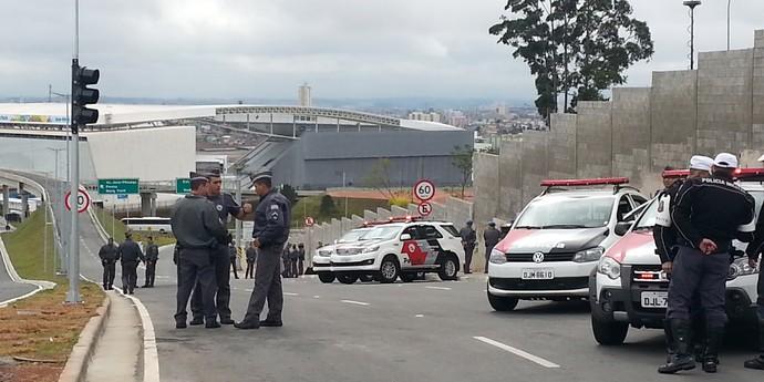 policia barra torcida arena corinthians inglaterra x uruguai (Foto: Diego Ribeiro)