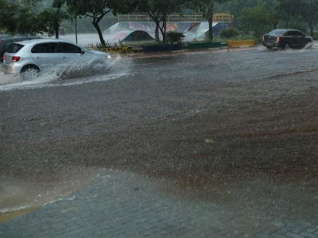 Forte chuva interdita parcialmente a Avenida Tiquatira, na Zona Leste de SP (Foto: Vanessa Carvalho/Brazil Photo Press/Estadão Conteúdo)