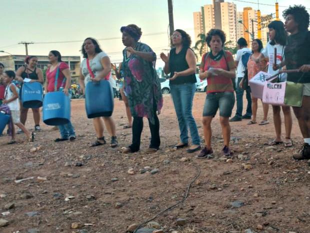 Mulheres entoaram cantos e palavras de ordem contra a 'cultura do estupro' (Foto: Lislaine dos Anjos/G1)